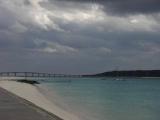 来間大橋とレース会場の海
