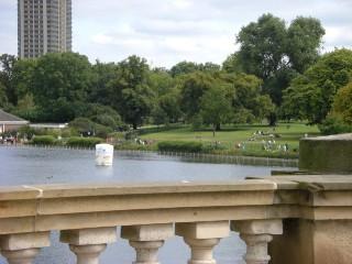 スイムコースの池。鴨がたくさん泳いでいてあまり奇麗な水では。。。