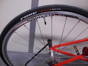 ロードバイク用タイヤを装着・軽快な走行感を楽しめます。