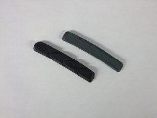 左が新品のブレーキシュー、右が磨耗したブレーキシュー