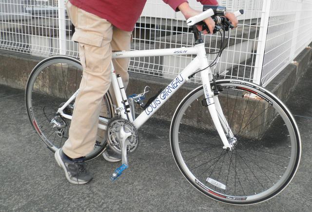 自転車の 自転車 高さ サドル : 悪い例。サドルに座ると停車時 ...