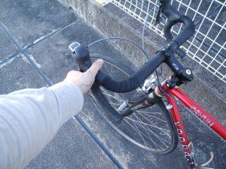 前後ブレーキがしっかり作動するか、ガタはないか確認