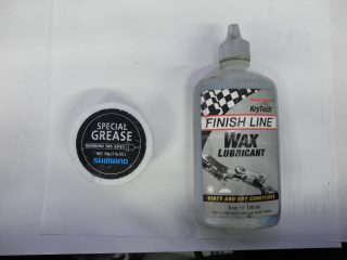 左:シフトワイヤ用グリス、右:ワックスタイプの潤滑剤