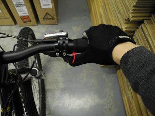右の変速レバーを押し込むと、押し込んだ量に応じてギアが1~3段軽くなります。