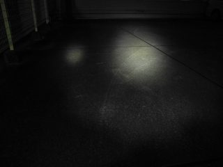 左:乾電池式ライト 右:リチウムイオン電池のライト どちらも周辺光が広がっている