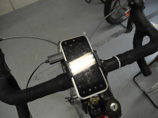iH-100とスマートフォン(充電ケーブル付き)