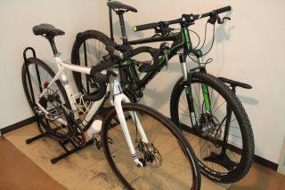 横置きタイプのスタンドで自転車二台を屋内保管